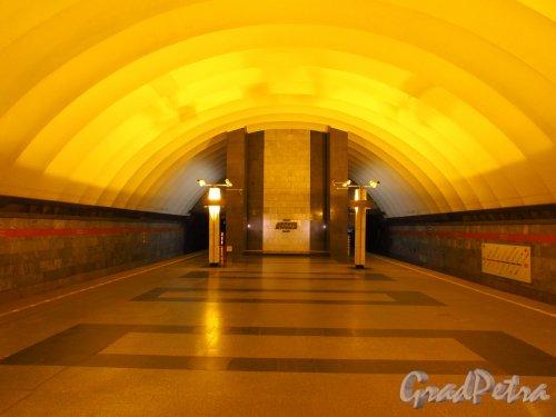 Торцовая стена перронного зала станции метро «Ладожская». Фото 5 января 2017 года.
