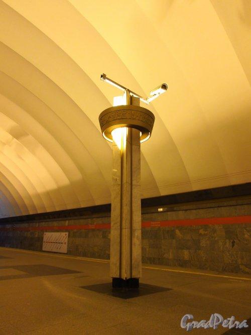 Станции метро «Ладожская». Торшер перронного зала. Фото 5 января 2017 года.