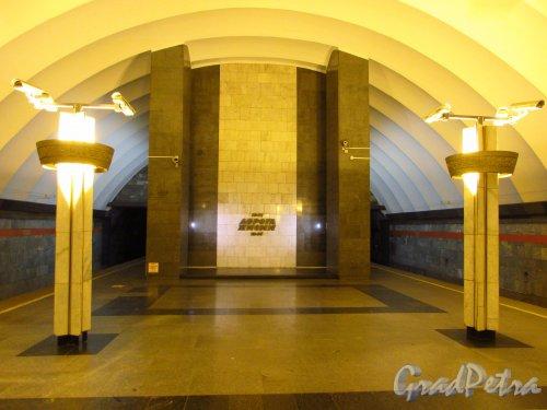 Станции метро «Ладожская». Обший вид торцовой стены перронного зала. Фото 5 января 2017 года.