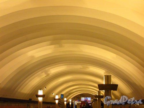 Станции метро «Ладожская». Потолок перронного зала. Фото 5 января 2017 года.