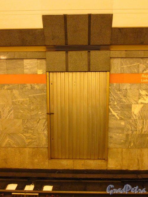 Станции метро «Ладожская». Стена перронного зала и дверь технического хода. Фото 5 января 2017 года.
