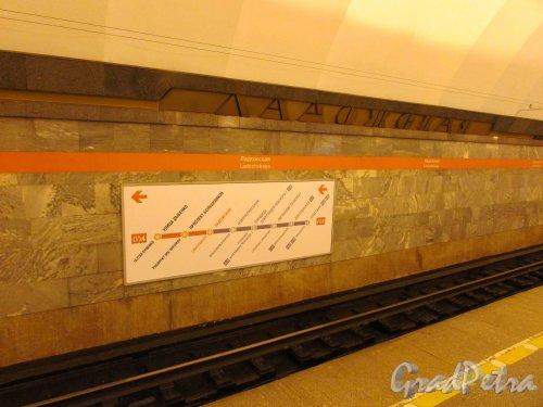 Станции метро «Ладожская». Схема 4-ой линии метрополитена на стене перронного зала. Фото 5 января 2017 года.