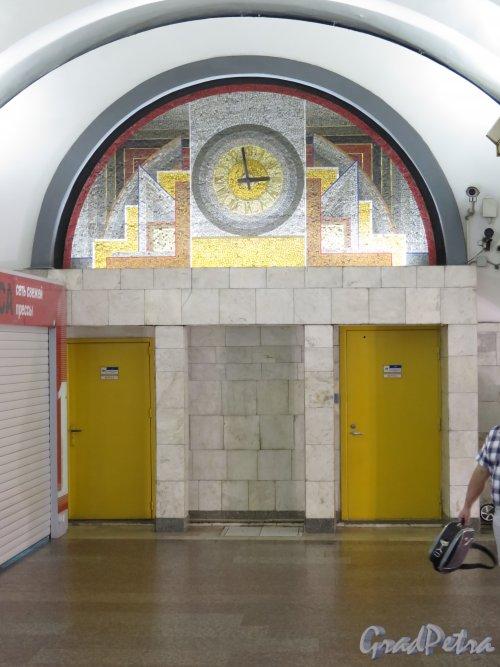 Станция метро «Лиговский проспект», Оформление торцевой стенки в переходе. фото июнь 2015 г.