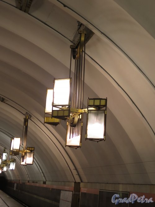 Станция метро «Лиговский проспект», Люстра в подземном вестибюле. фото сентябрь 2015 г.