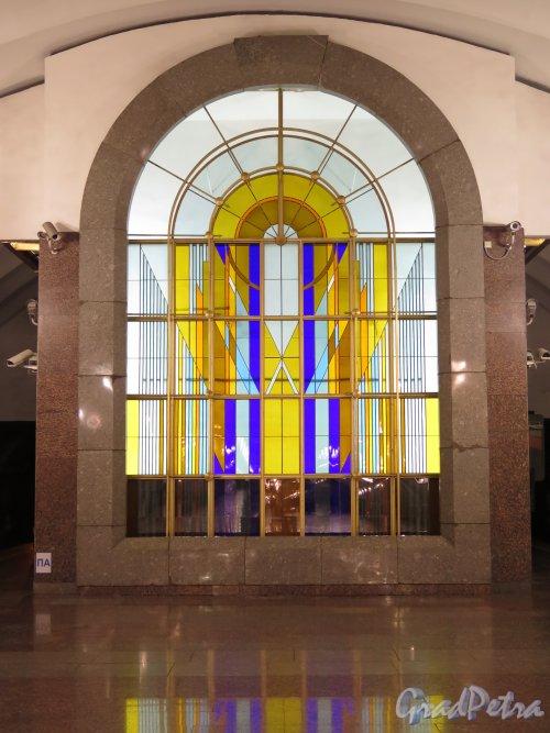 Станция метро «Лиговский проспект», Витраж на торцевой стене подземного вестибюля. фото июнь 2015 г.