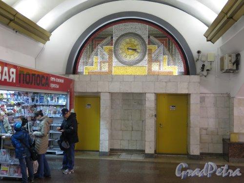Станция метро «Лиговский проспект». Мозаика и часы на повороте пешеходного туннеля. фото октябрь 2015 г.