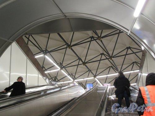 Станция метро «Лиговский проспект». Вид из эскалаторного туннеля на перекрытие наземного павильона. фото февраль 2018 г.