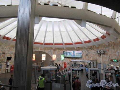 Станция метро «Проспект Большевиков». Интерьер наземного павильона. Фото май 2018 г.