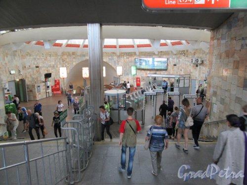 Станция метро «Проспект Большевиков». Спуск в кассовый зал наземного павильона. Фото май 2018 г.