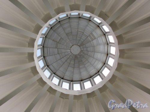 Станция метро «Проспект Большевиков». Световой купол наземного павильона. Вид с низу. Фото май 2018 г.