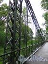 Макаровский мост (Кронштадт). Макаровский пешеходный мост, в створе Красной ул.  создан в 1913, реконструирован в 1970-72 гг. Кострукция несущей фермы. фото июнь 2015 г.