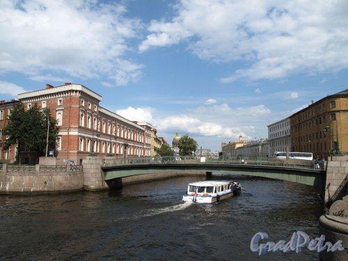 Поцелуев мост. Общий вид от дома 100 по наб. Мойки. Фото август 2011 г.
