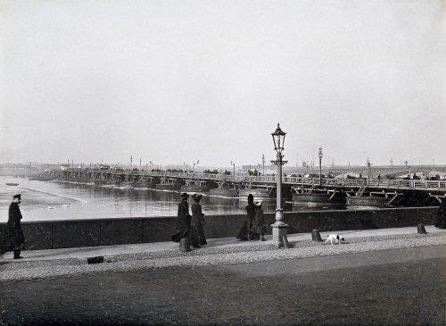 Набережная Невы у строящегося Троицкого моста и временный наплавной мост. Фото конца XIX века.