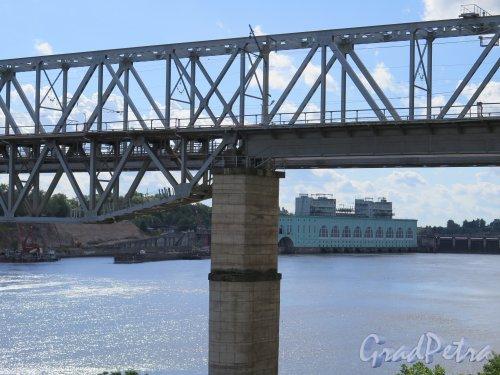г. Волхов. Железнодорожный мост через р. Волхов. Вид на мост на фоне Волховской ГЭС. фото август 2014 г