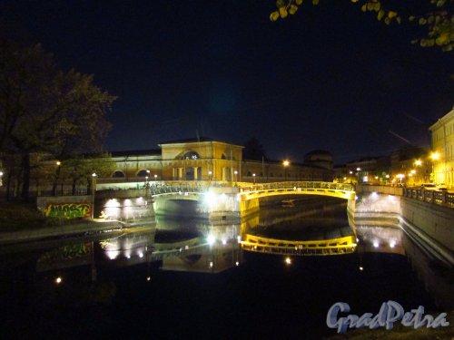 Общий вид Мало-Конюшенного моста ночью. Фото 18 октября 2016 года.