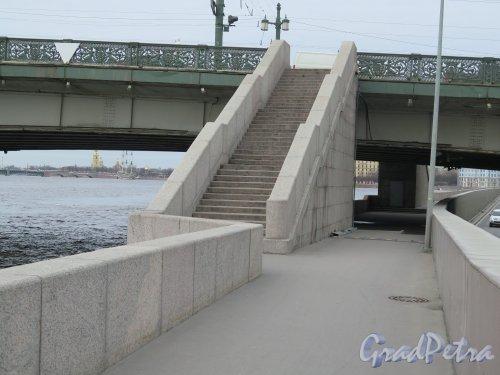 Литейный мост. Опоры моста по Выборгской стороне. фото апрель 2015 г.