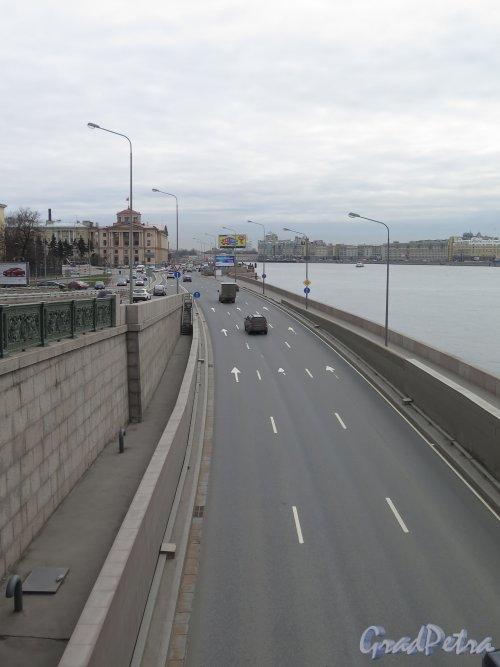 Выезд из-под иоста по Арсенальной наб. к пл. Ленина. фото апрель 2015 г.