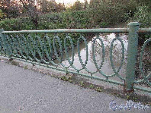 Фрагмент ограды Алмазного моста через реку Волковка. Фото 20 сентября 216 года.