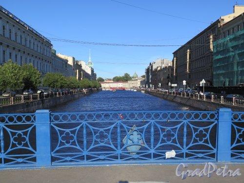 Синий мост. Перильное ограждение моста и Река Мойка. фото август 2016 г.