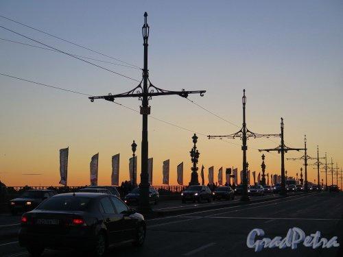 Троицкий мост. Трамвайные опора на мосту во время заката. фото июль 2017 г.