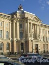 Университетская наб., д. 17. Здании Академии художеств. Центральная часть фасада с набережной. Фото сентябрь 2014 г.