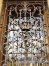 набережная канала Грибоедова, дом 13. Решетка окна первого этажа с кинжалом Меркурия и гербом Санкт-Петербурга. Фото 20 октября 2016 года.