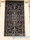 набережная канала Грибоедова, дом 13. Малая решетка окна первого этажа с монограммой «Общества Взаимного кредита» и трезубцем. Фото 20 октября 2016 года.