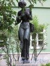 Университетская наб., д. 11. Филологический факультет Университета. Двор (Сад современной скульптуры). Скульптура «Мадам Баттерфляй», 2003, ск. А. А. Аветисян. Фото сентябрь 2016 г.