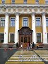 Наб. реки Мойки, д. 94. Юсуповский дворец. Портик фасада и вход с набережной. фото июль 2017 г.