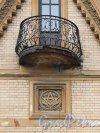 Наб. реки Мойки, д. 114 / ул. Писарева, д. 2. Особняк В. А. Шретера. Балкон на щипце фасада. Фото июль 2017 г.