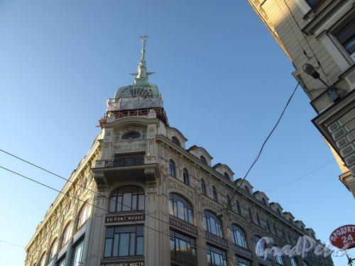 Наб. реки Мойки, д. 73 / Гороховая ул., д. 15. Фрагмент здания и шпиль. Фото ноябрь 2011 г.