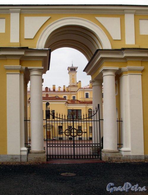 Наб. реки Мойки, д. 94. Юсуповский дворец. Вид на Дворец через садовые ворота. Фото июль 2011 г.