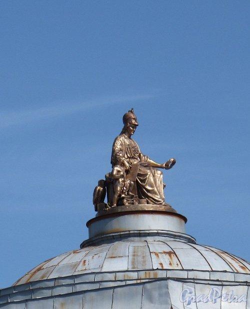 Университетская наб., д. 17. Здании Академии художеств. Скульптура «Минерва, коронующая художества и науки» на куполе здания. Фото август 2011 г.