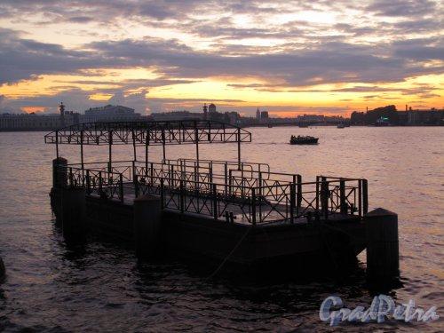 Дворцовая наб. Пловучая пристань у Эрмитажа при закате. Фото сентябрь 2011 г.