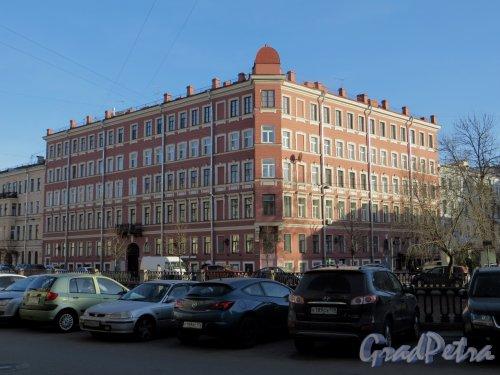 наб. канала Грибоедова, дом 69 / Малая Подьяческая улица, дом 2. Общий вид жилого дома. Фото 12 марта 2014 года.