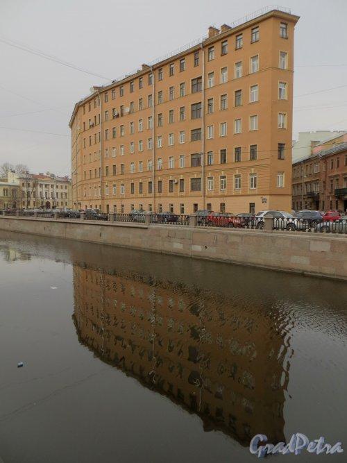 набережная канала Грибоедова , дом 100 / Малая Подьяческая улица, дом 3. Общий вид жилого дома со стороны канала Грибоедова. Фото 24 марта 2014 года.