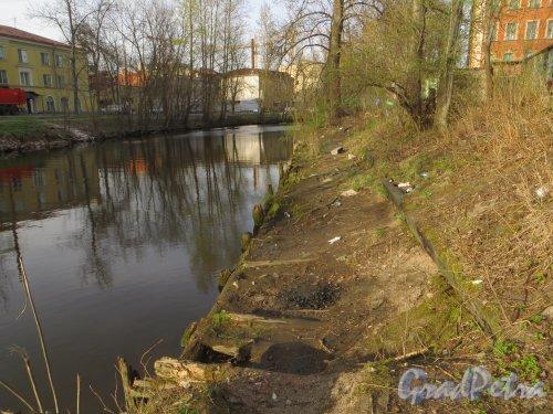 Четная сторона набережной реки Смоленки около участка 1 по Камской улице. Фото 30 апреля 2014 года.