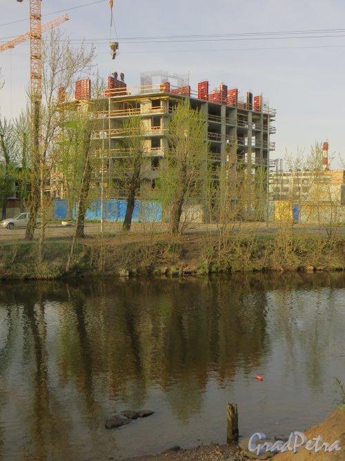 наб. реки Смоленки, дом 3. Строительство нового корпуса со стороны дома 5-7. Фото 30 апреля 2014 года.