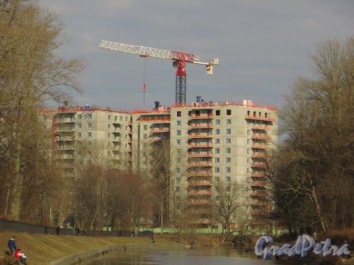 Набережная реки Смоленки, дом 35. Строительство жилого комплекса «Айно». Фото 29 марта 2014 года.
