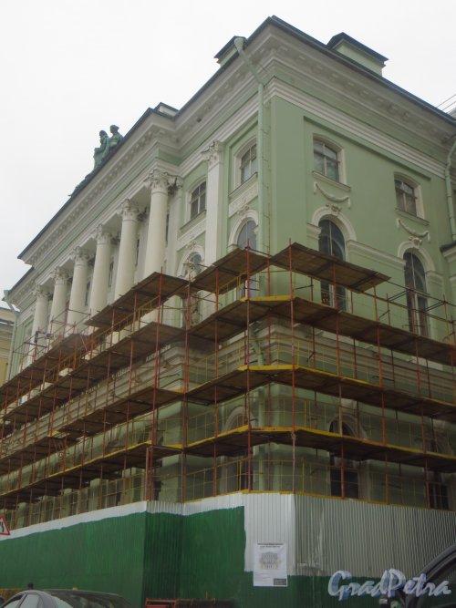 Дворцовая набережная, дом 36. Начало ремонта фасада со стороны набережной. Фото 10 июня 2014 года.