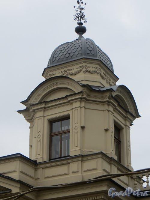 набережная реки Мойки, дом 122. Одна из башен особняка. Фото 10 июня 2014 года.