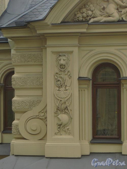 набережная реки Мойки, дом 122. Фрагмент фасада особняка со стороны дома 120 по набережной Мойки. Фото 10 июня 2014 года.