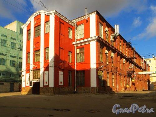 Набережная реки Карповки, дом 5, корпус 3, литера Е (на плане корпус 3). Производственный корпус. Типография «Гуппы М».Фото 4 октября 2014 года.