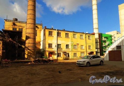 Набережная реки Карповки, дом 5, литера К (корпус 2 на плане). Здание котельной. Фото 4 октября 2014 года.