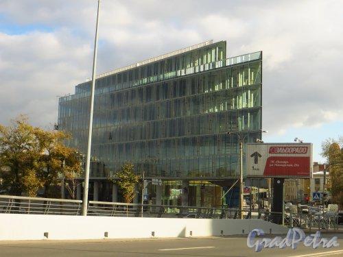 Набережная Адмирала Лазарева, дом 22. Строительство делового комплекса «Тринити плейс». Вид с Лазаревского моста. Фото 1 октября 2014 года.