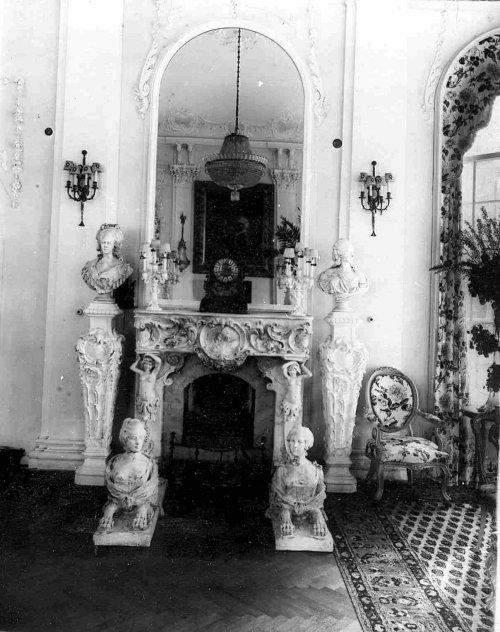 Камин в гостиной на даче графини М.Э.Клейнмихель