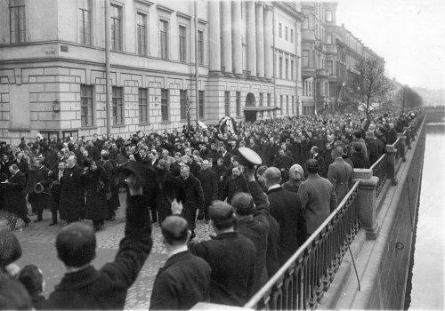 набережная канала Грибоедова, дом 8/Итальянская улица, дом 1. Участники манифестации на набережной Екатерининского канала 11 апреля 1913 года.