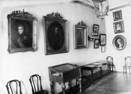 Уголок музея при Екатерининском институте. Фото май 1908 года.