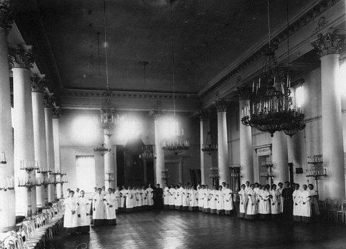 Петербургское училище ордена Св. Екатерины. Воспитанницы в актовом зале. Фото май 1908 года.