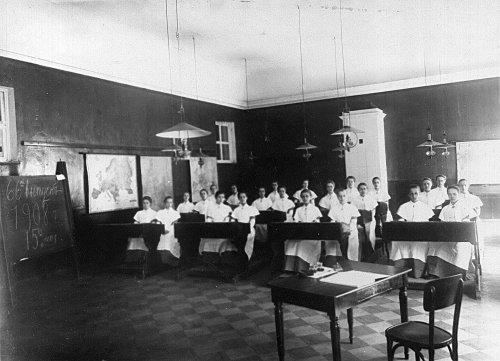 Группа воспитанниц Екатерининского института на уроке. Фото май 1908 года.